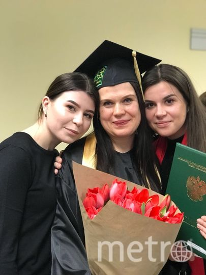 В центре мама Смирнова Александра Викторовна и две дочки Смирнова Ольга и Самойлова Наталья. Фото Александра