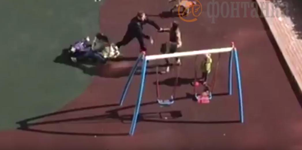 Женщина, ударившая ребенка на площадке в Петербурге, получила год колонии.