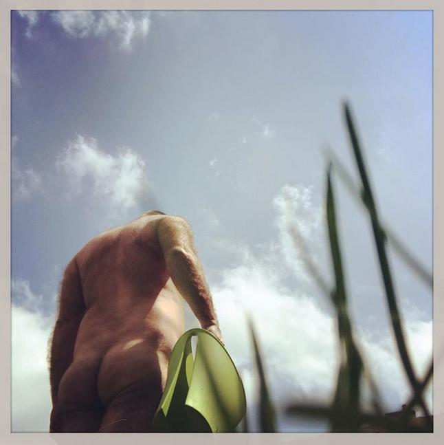 Голые садоводы вышли на грядки. Фото Скриншот Instagram: @cmoiyann