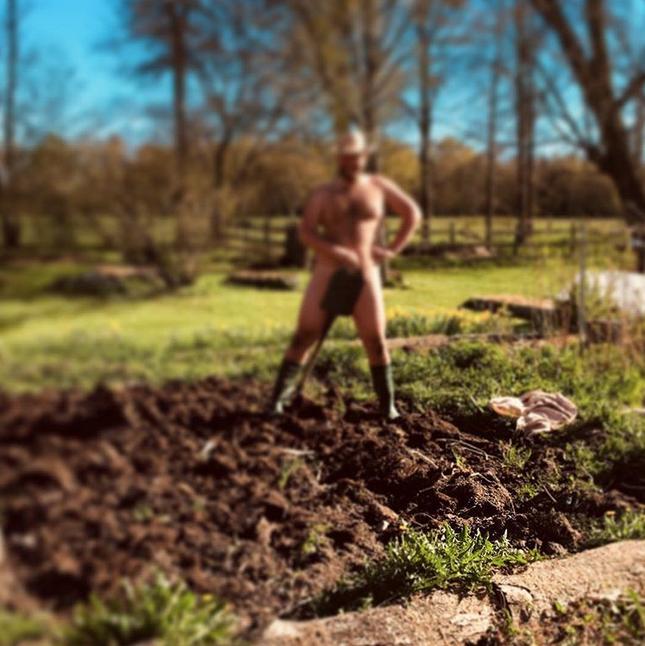 Голые садоводы вышли на грядки. Фото Скриншот Instagram: @christianrostedt