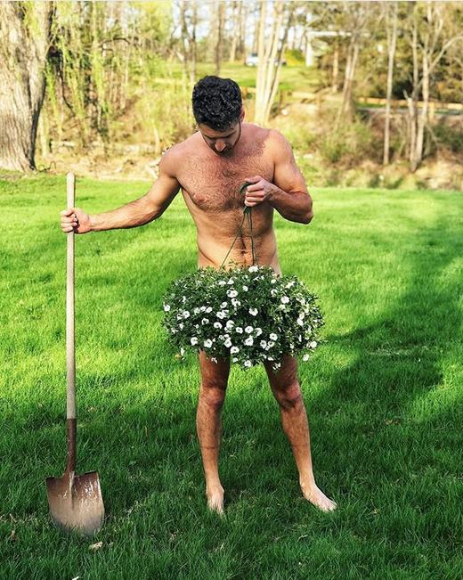 Голые садоводы вышли на грядки. Фото Скриншот Instagram: @simpleworkszach