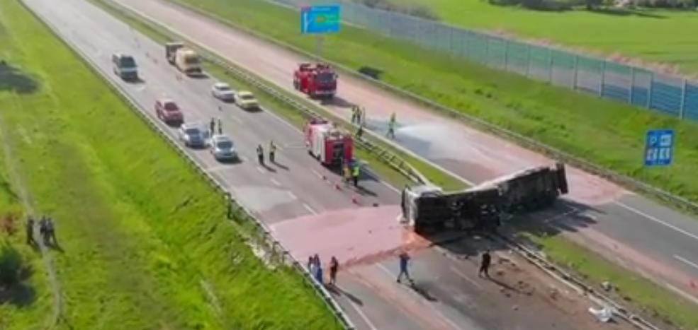 В Польше перевернулся грузовик с шоколадом. Фото Все - скриншот YouTube