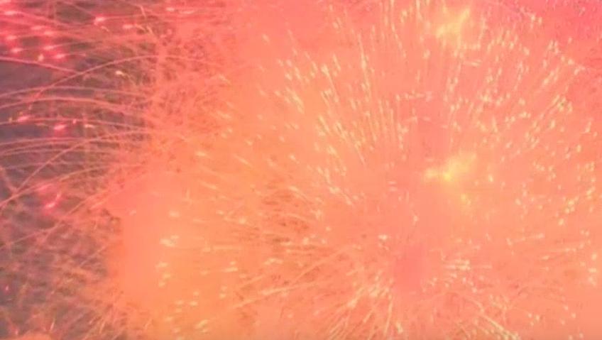 В Петербурге День Победы завершился праздничным салютом. Фото Все - скриншот видео https://vk.com/topspb_tv