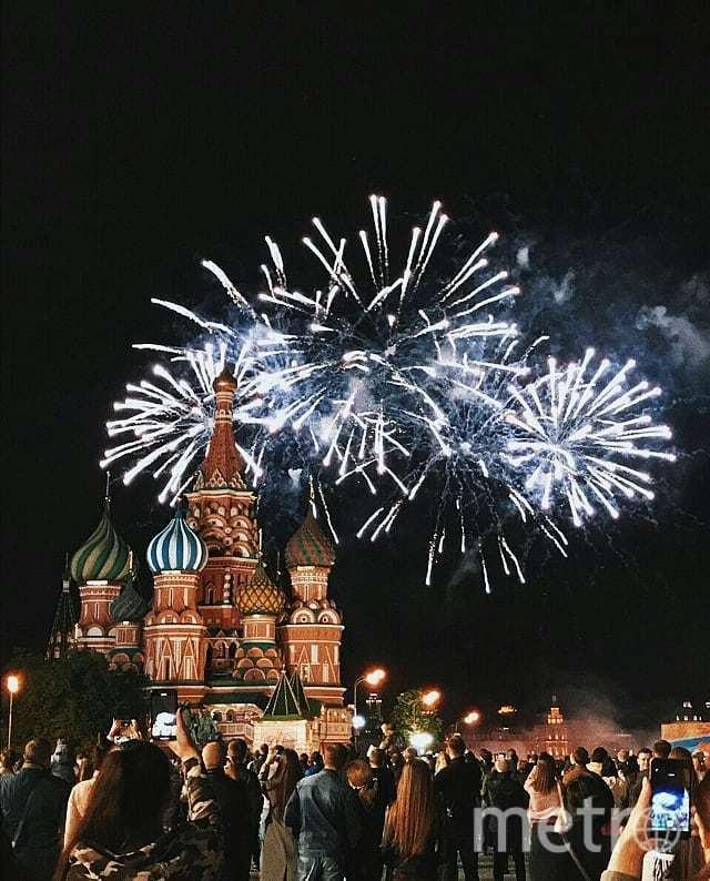 Праздничный салют в честь Дня Победы в Москве. Фото https://www.instagram.com/iamvarya/