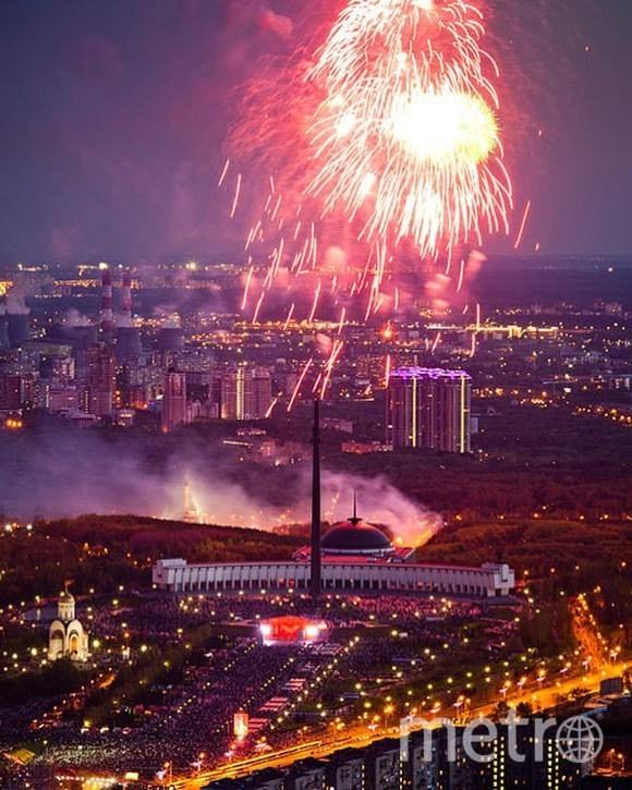 Праздничный салют в честь Дня Победы в Москве. Фото https://www.instagram.com/ramenki_msk/