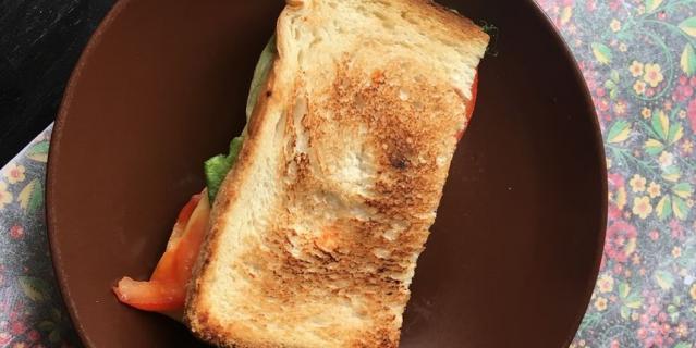 Скромный сэндвич из одного кусочка хлеба.