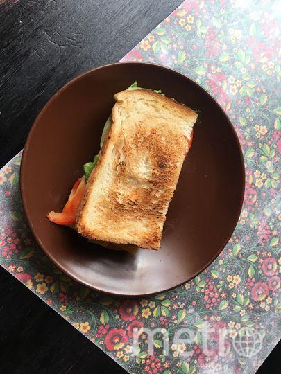 Скромный сэндвич из одного кусочка хлеба. Фото Дарья Буянова