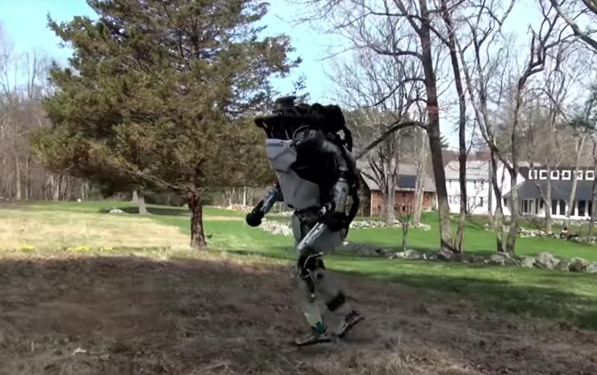 Робот Atlas на прогулке. Фото Скриншот Youtube
