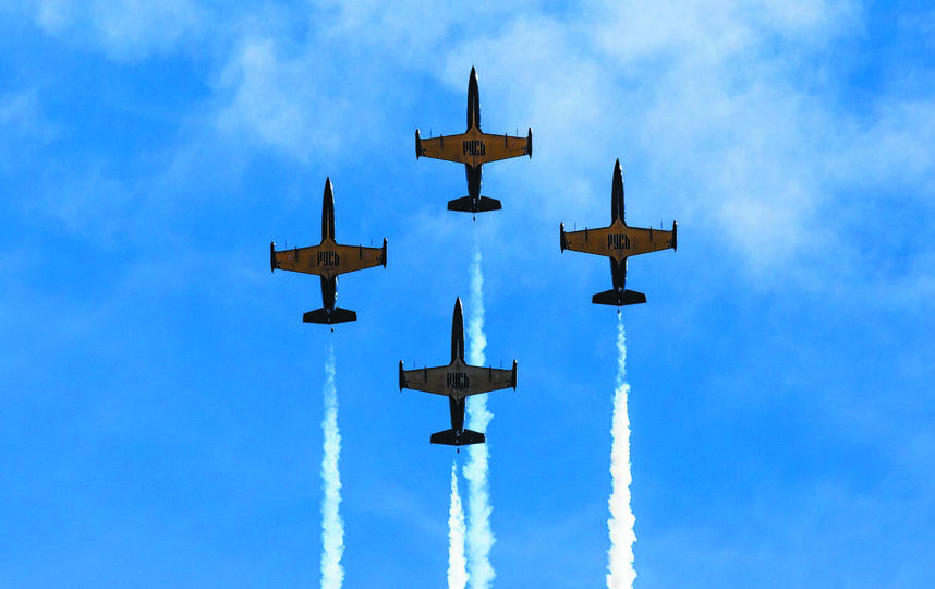 """Самое  сильное впечатление на зрителей произвело мастерство и отвага пилотажной группы «Русь» на реактивных самолётах L-39 «Альбатрос». Фото Кирилл Здоров , """"Metro"""""""