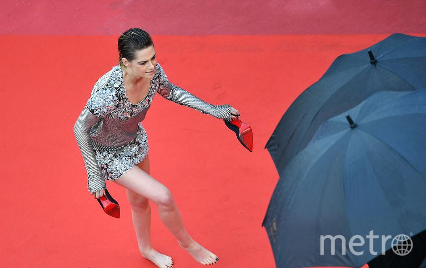 Без комплексов: Кристен Стюарт просто накрасной дорожке сняла неудобные туфли