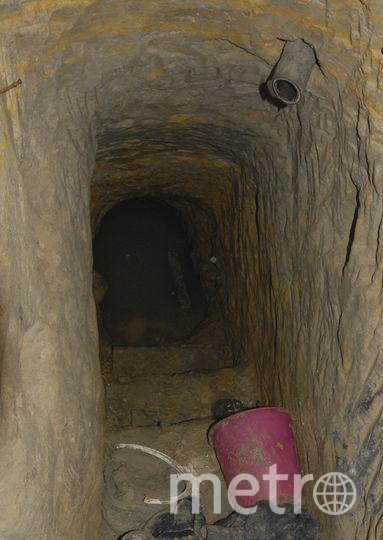 Один из ходов пещеры с торчащим из стены воздуховодом . Фото ТАСС