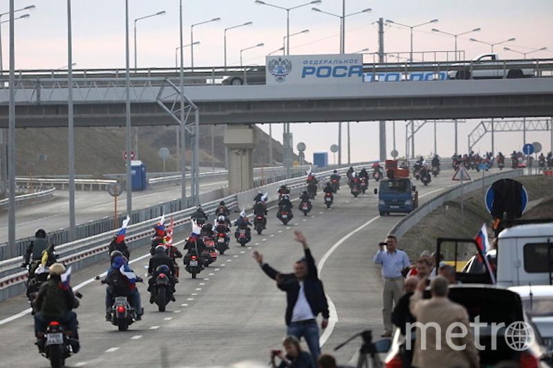 Желающих проехать первыми по мосту было много. Фото Getty