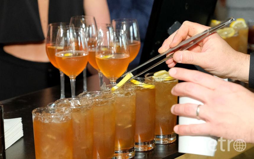 В Петербурге ограничат продажу алкоголя и вход в бары. Фото Getty