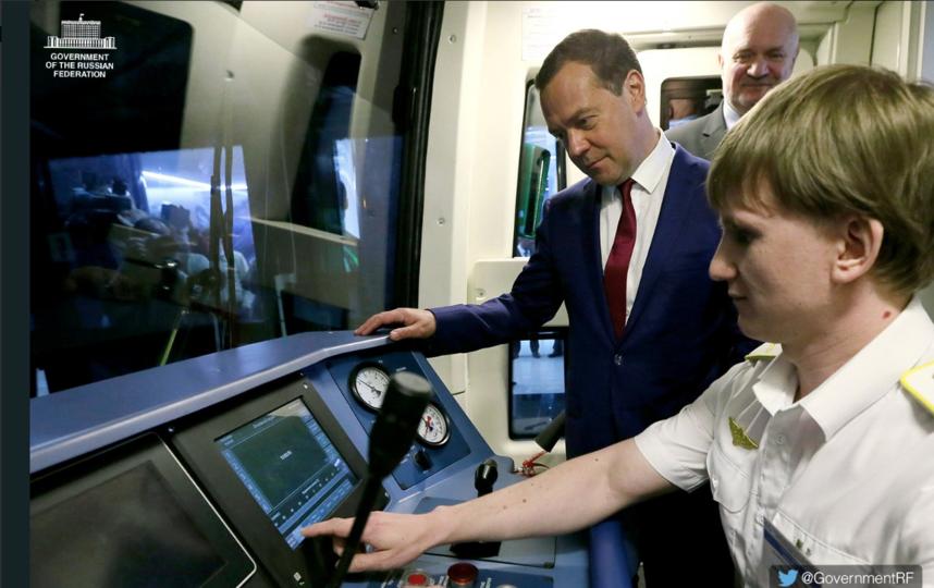 Медведев побывал на Новокрестовской. Фото twitter.com и https://www.instagram.com/kibitov/