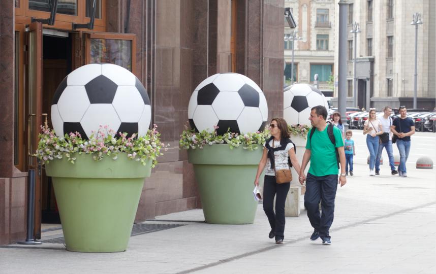 Кадки с мячами. Фото Василий Кузьмичёнок