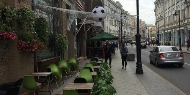 Козырёк кафе превратился в футбольные ворота.