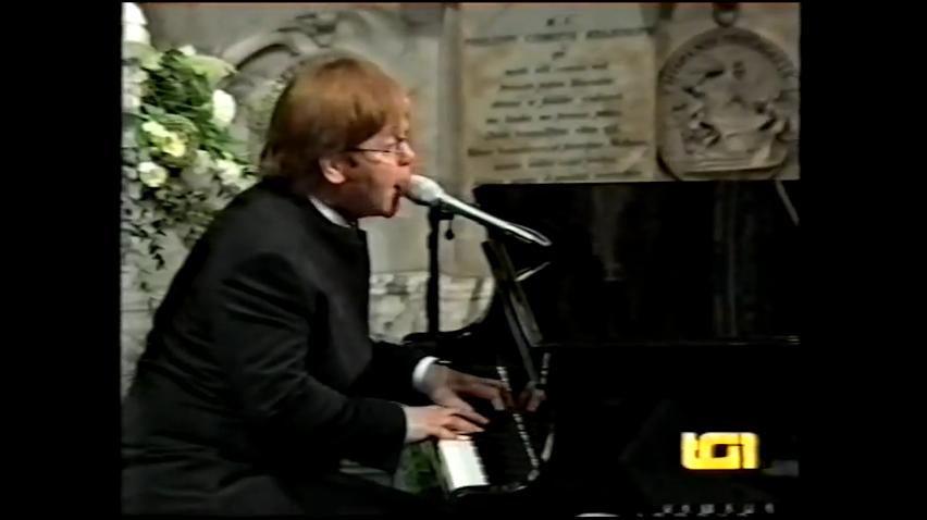 Скрин-шот. Элтон Джон выступал на похоронах Дианы. Фото Скриншот Youtube