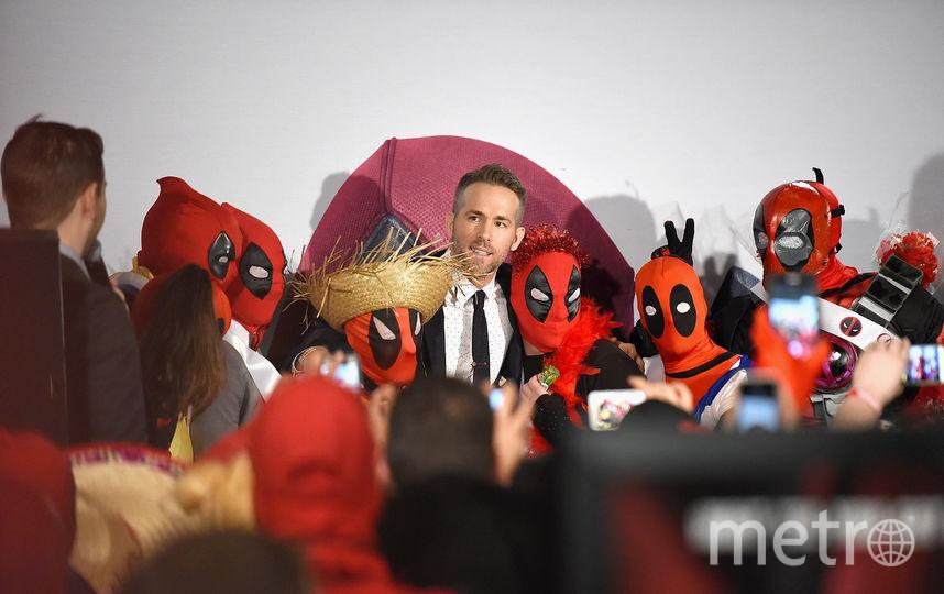 Рейнольдс в окружении людей в форме героя Deadpool. Фото Getty
