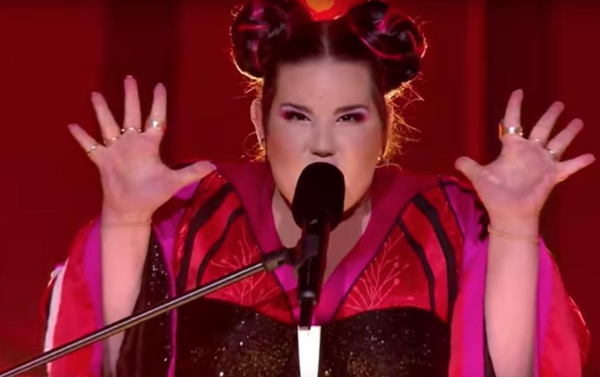 Победительница Евровидения 2018 свалилась с лестницы и попала на видео