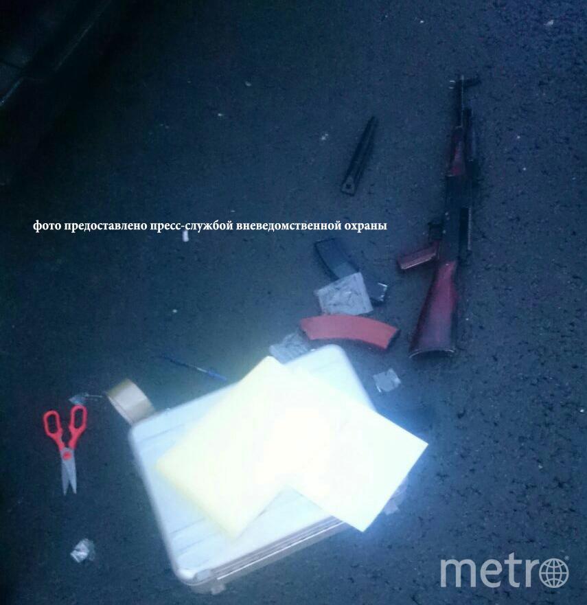 """Предмет, конструктивно схожий с охотничьим карабином """"Сайга"""". Его у бунтаря изъяли стражи порядка. Фото пресс-служба УВО Росгвардии по Санкт-Петербургу."""