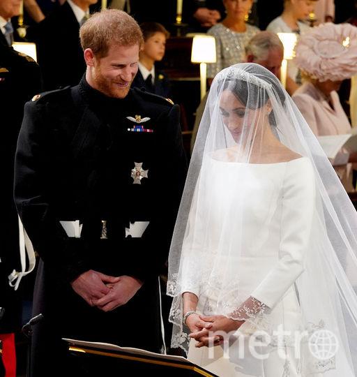 Первое платье Меган Маркл, более строгое. Фото AFP