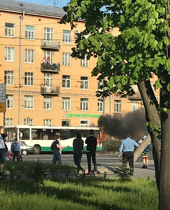 В Петербурге на проезжей части загорелся автобус. Фото https://megapolisonline.ru/