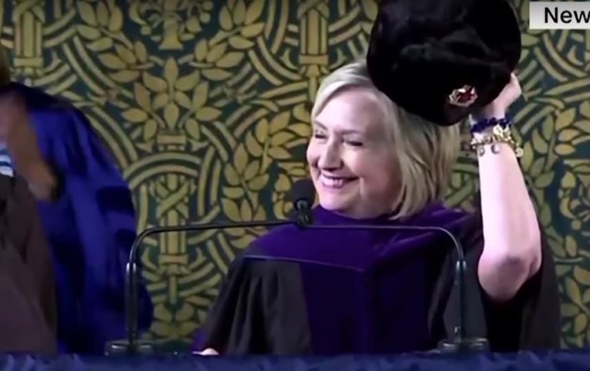 Хиллари Клинтон надевает шапку-ушанку. Фото Скриншот Youtube
