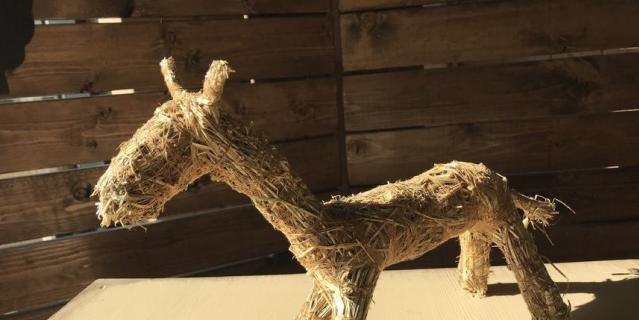 Лошадка из сена.