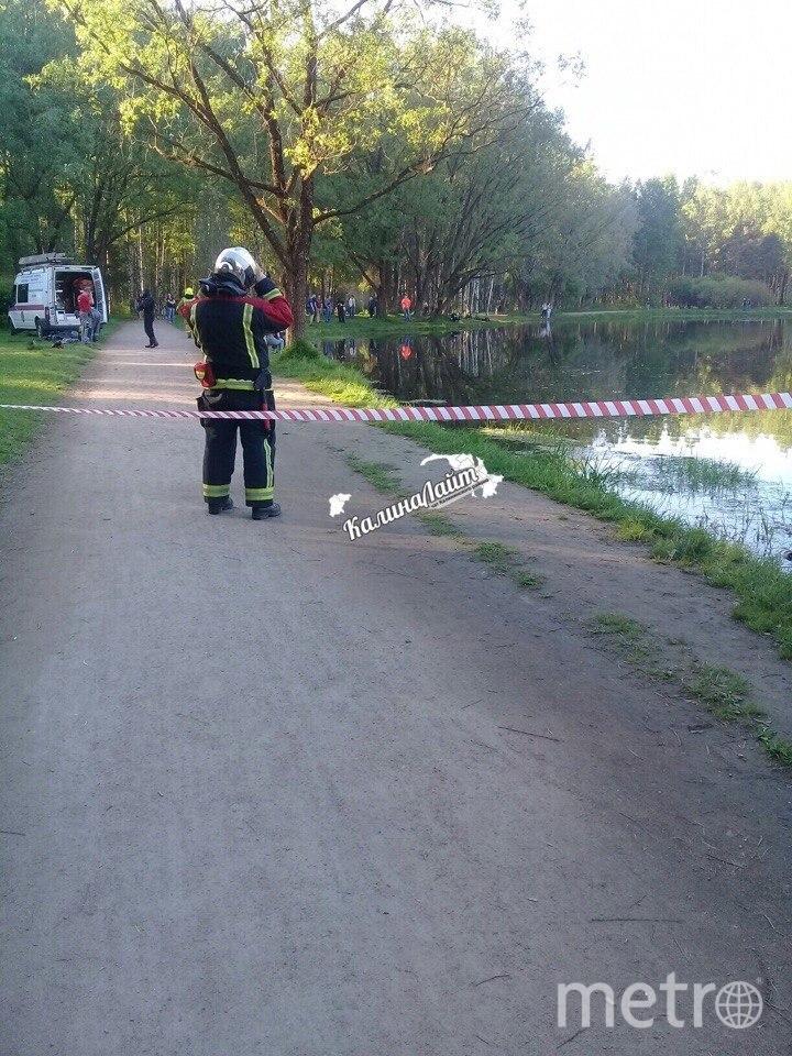 В Петербурге из пруда достали тело молодого мужчины в одежде. Фото https://vk.com/kalininskiy_light
