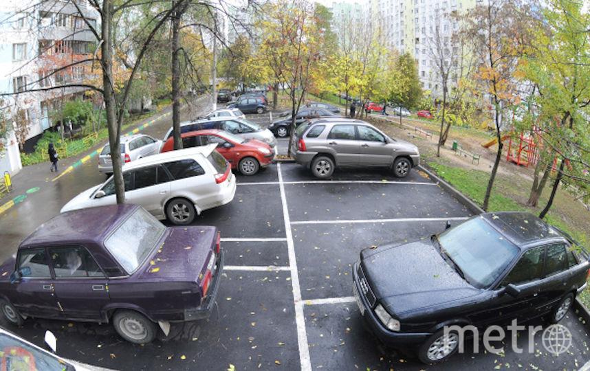 Автомобильная парковка в одном из московских дворов (архивное фото(. Фото РИА Новости