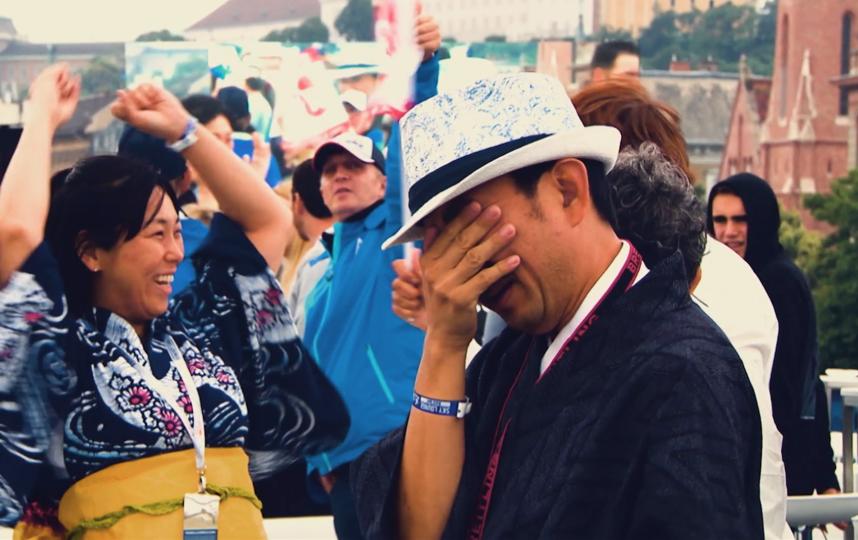 Юши Носсе не только весёлый человек, но и очень эмоциональный болельщик. Наблюдать, как Юши болеет за Йоши, – это отдельное шоу на всех этапах авиагонок. Фото redbullcontentpool.com, Предоставлено организаторами