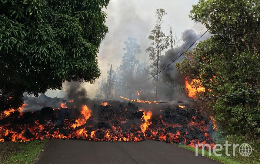 Лава, которая извергается из трещин в земле, может быть весом с холодильник, и даже небольшие куски могут быть смертельно опасными, говорят представители властей. Фото AFP
