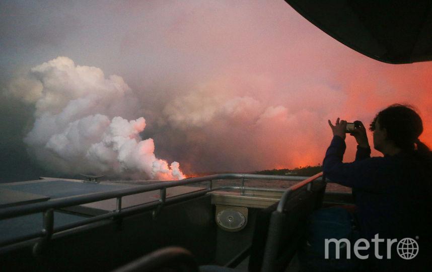 Опасность представляют и ядовитые облака кислотных паров, которые образуются, когда стекающая в океан лава вступает в реакцию с морской водой. Фото AFP