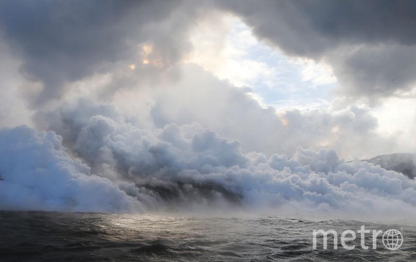 Два потока лавы сошли в океан, в результате чего произошел выброс в атмосферу соляной кислоты и пара, смешанного с мельчайшими частицами стекла. Это может привести к повреждению легких, раздражению глаз и кожи, сообщило Управление гражданской обороны округа Гавайи. Фото AFP