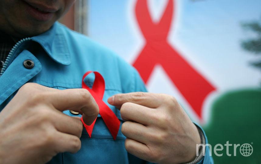 Символом борьбы со СПИДом является красная ленточка. Фото Getty
