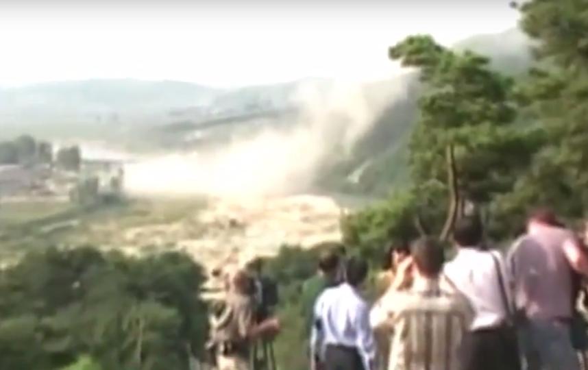 Журналисты наблюдают за уничтожением ядерного полигона Пунгери. Фото Скриншот Youtube