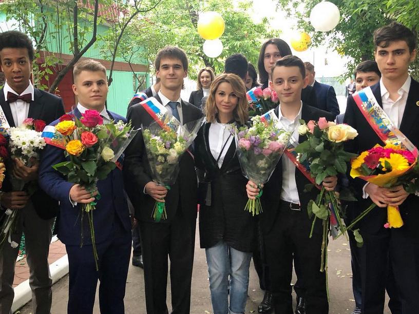 Ольга Орлова с сыном, последний звонок. Фото скриншот https://www.instagram.com/olgaorlova1311/