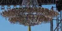 На Дворцовой площади повесили гигантскую люстру: фото