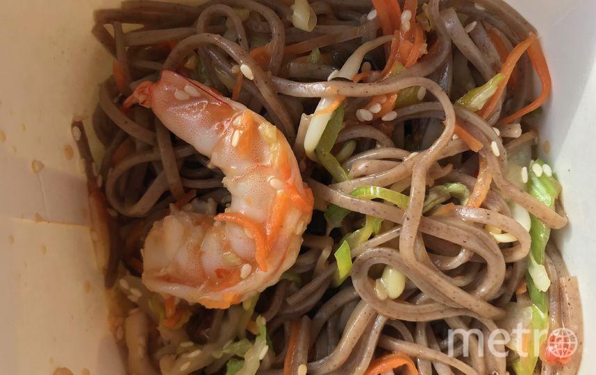 """Лапша с креветками из Lucky Noodles. Фото Индира Шестакова, """"Metro"""""""