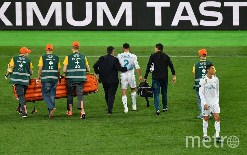 "Врачи уводят защитника ""Реала"" Даниэля Карвахаля с поля. Фото AFP"