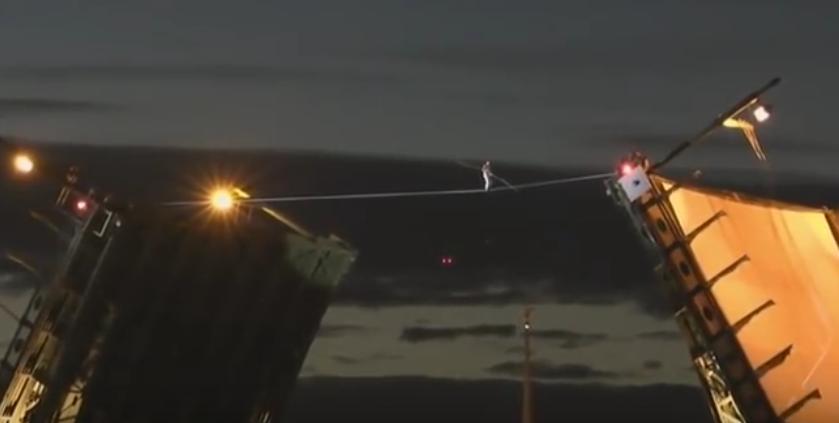 Канатоходец прошел над Невой. Фото скриншот видео РИА Новости.