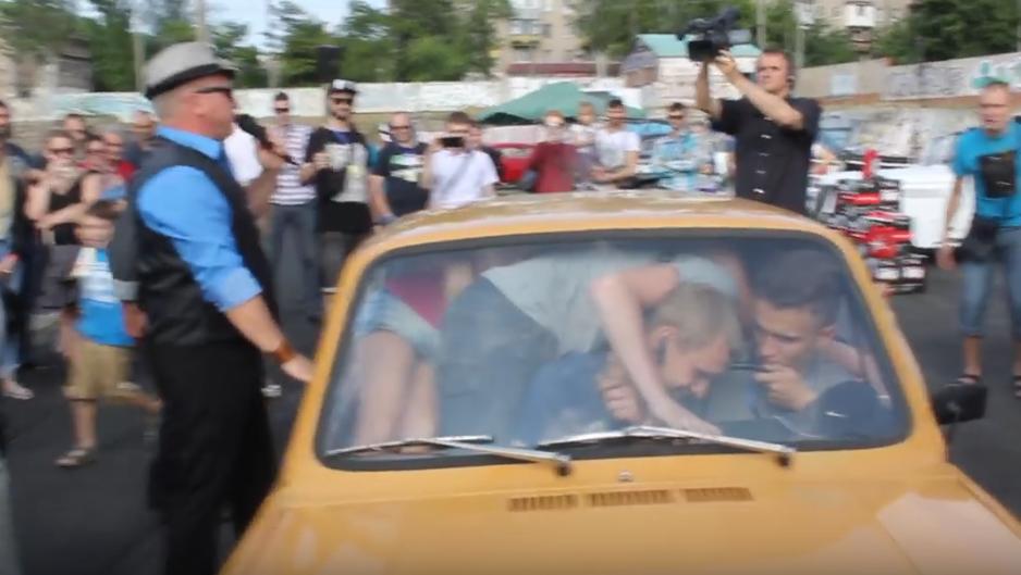 """На Украине установили мировой рекорд по количеству людей, которые влезли в один """"Запорожец"""". Фото Все - скриншот YouTube"""