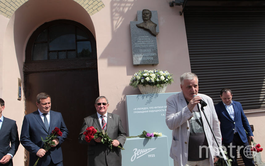 """Мемориальная доска установлена у 21 дома на проспекте Добролюбова. Фото """"Metro"""""""
