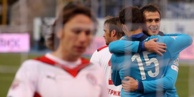 """Бывший форвард """"Зенита"""" Данко Лазович обнимает партнёра по команде Романа Широкова, в честь которого позже назовёт своего сына."""