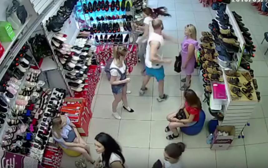 В Волгоградской области мужчина избил продавщицу за некачественный товар. Фото скриншот видео https://vk.com/gorod34