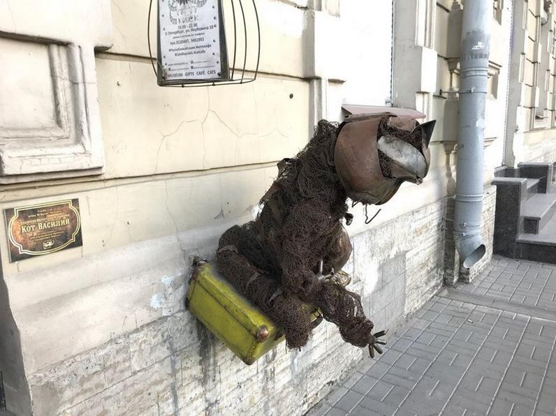 В Петербурге вандалы пытались спилить скульптуру кота Василия. Фото vk.com/cats_republic, vk.com