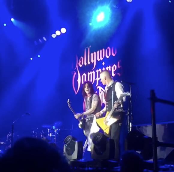 Джонни Депп держит в руки бюстгальтер, который через несколько секунд намотает на гитару. Фото скриншот https://www.instagram.com/_lunaman_/?utm_source=ig_embed
