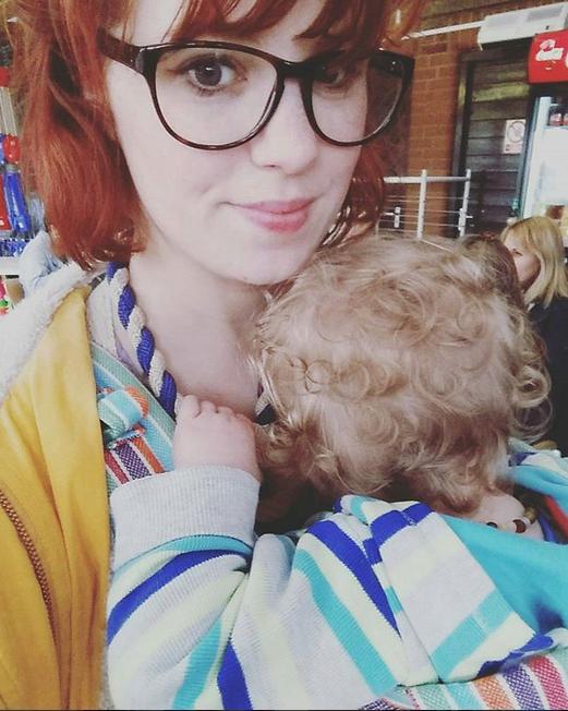 Эмма Шэрдлоу Хадсон продолжает кормить грудью свою пятилетнюю дочь и двухлетнего сына. Фото Скриншот Instagram: @emmashardlowhudson