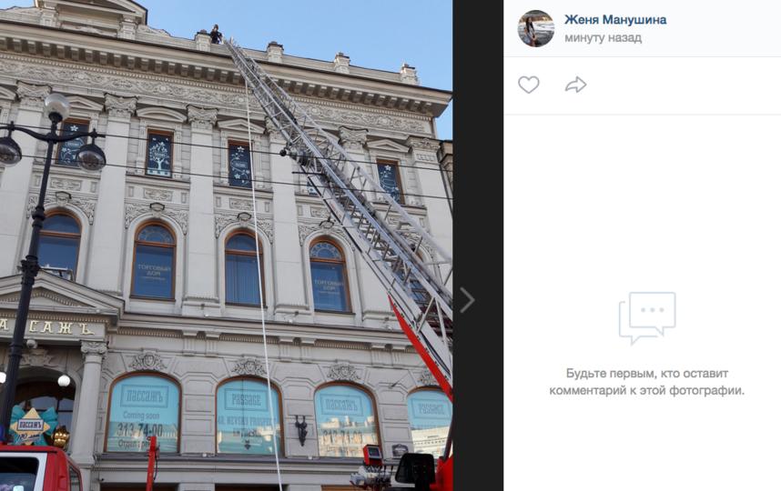 """В Петербурге горит здание """"Пассажа"""" на Невском проспекте. Фото скриншот https://vk.com/spb_today"""