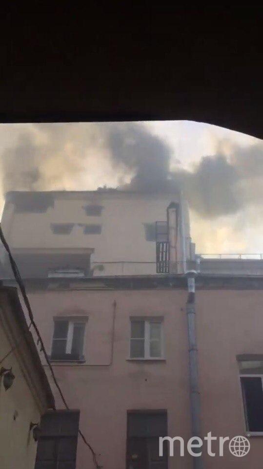 """В Петербурге горит здание """"Пассажа"""" на Невском проспекте. Фото Дмитрий Кирбай"""